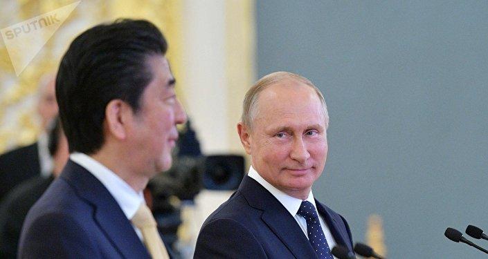 El primer ministro de Japón, Shinzo Abe, y el presidente ruso, Vladímir Putin