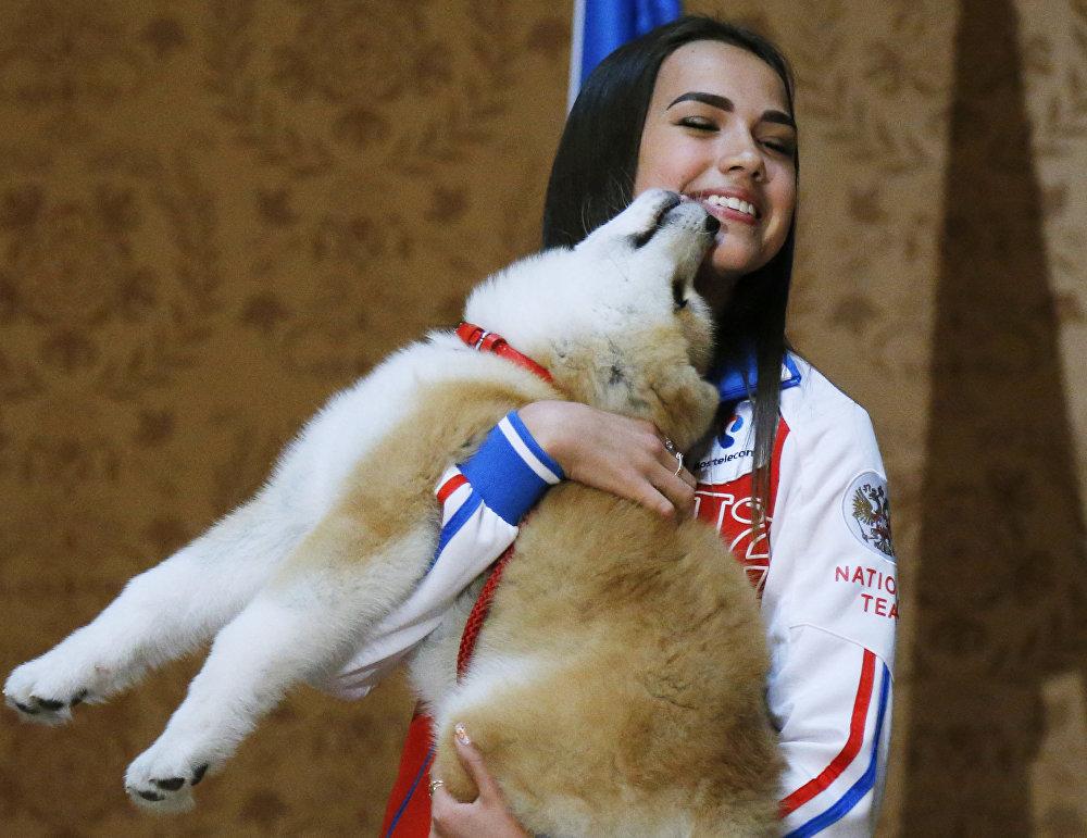 La patinadora artística rusa Alina Zaguítova recibe de Japón un perro de la raza Akita Inu