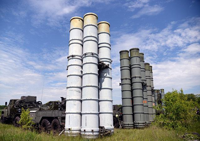 Los sistemas de defensa antiaérea rusos S-300 durante unas maniobras