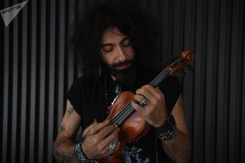 El mítico violín de Ara Malikián que le salvó la vida a su abuelo que sobrevivió en 1915 al genocidio armenio al fingir que era músico de un grupo y se fue al Líbano, donde nació el músico