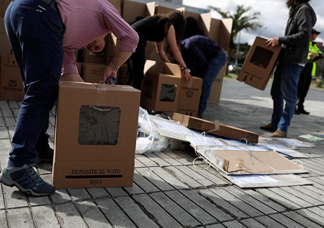 Los colombianos montan las urnas de votación durante la mañana del 27 de mayo