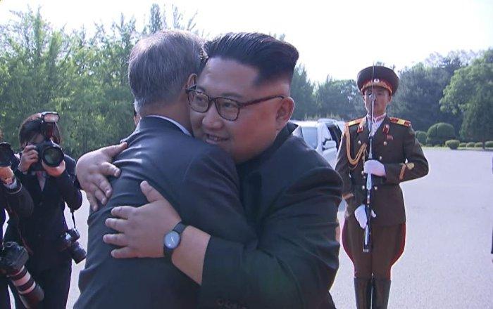Líderes de ambas Coreas se despiden entre sonrisas y cálidos abrazos