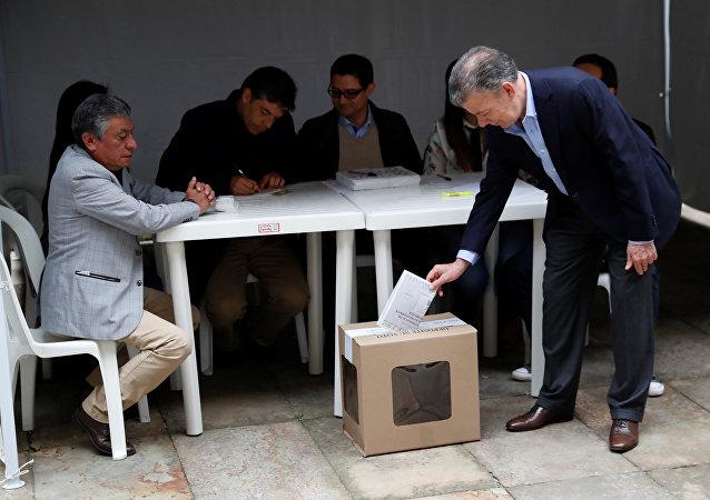 Juan Manuel Santos vota en las elecciones del 27 de mayo