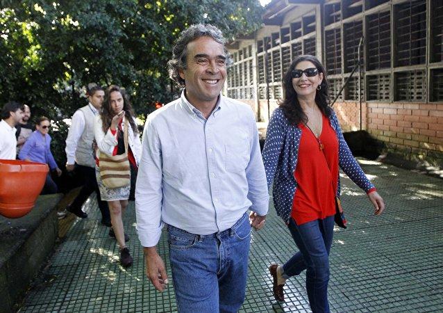 El candidato Sergio Fajardo y su esposa, Ana Lucrecia Ramirez, votan en Medellín