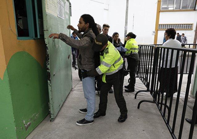 Una policía colombiana registra a un votante