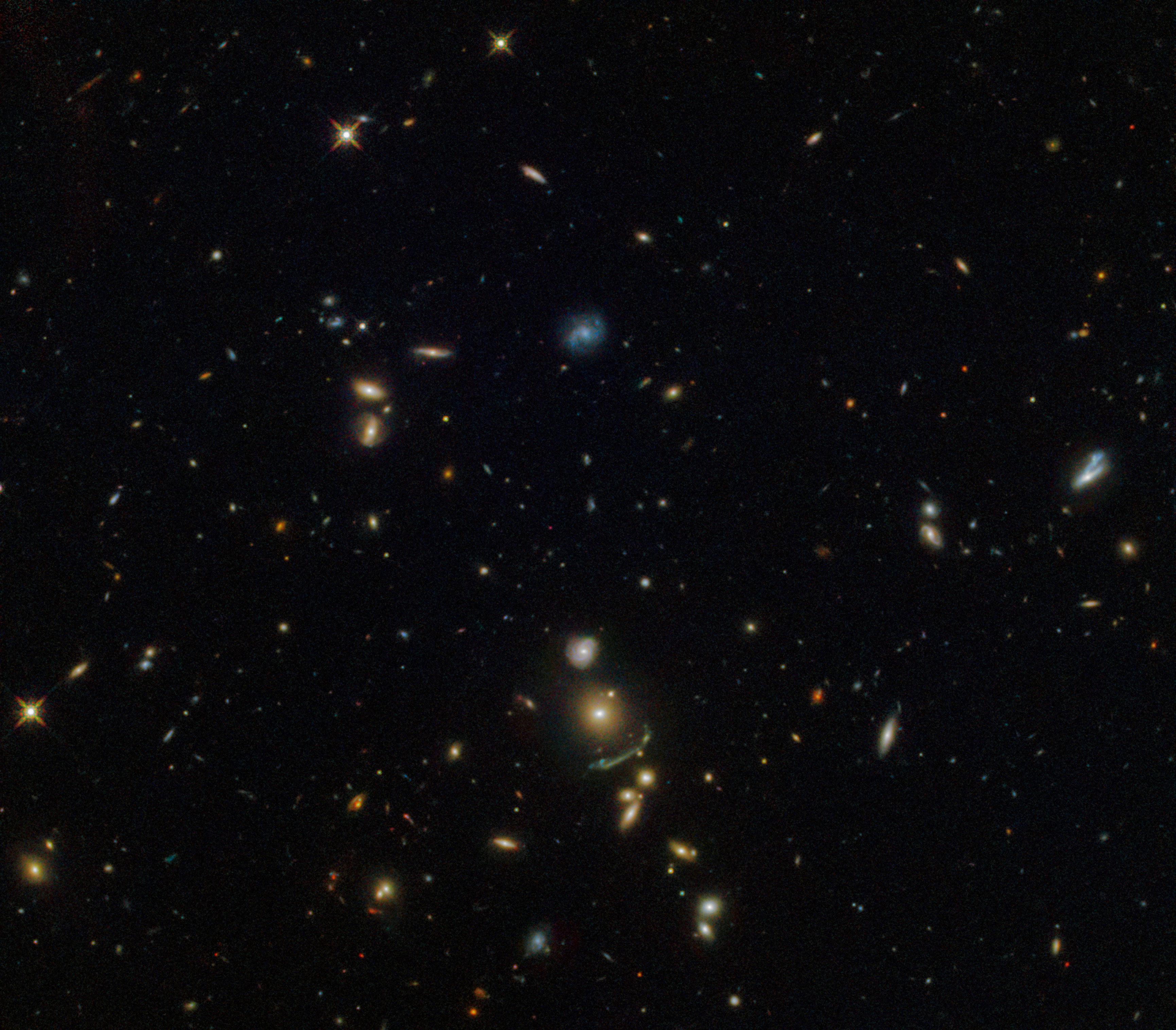 Arco verde en la constelación de Leo capturado por el telescopio Hubble