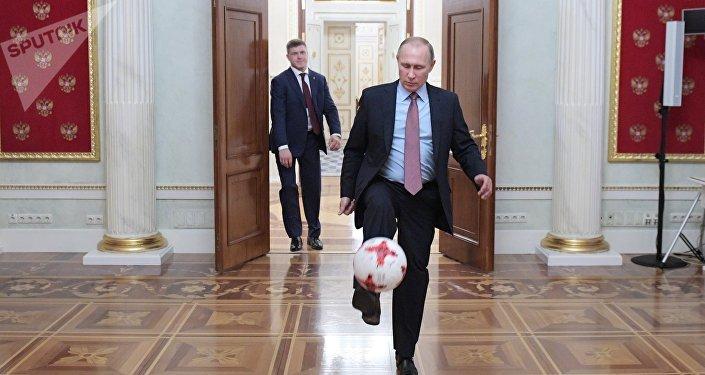 Vladímir Putin, presidente de Rusia, le da toques a un balón de fútbol