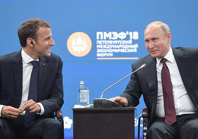 Vladímir Putin, presidente de Rusia, y Emmanuel Macron, presidente de Francia
