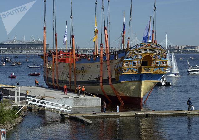 Una réplica del navío de línea ruso de 1712 sale del dique seco en San Petersburgo