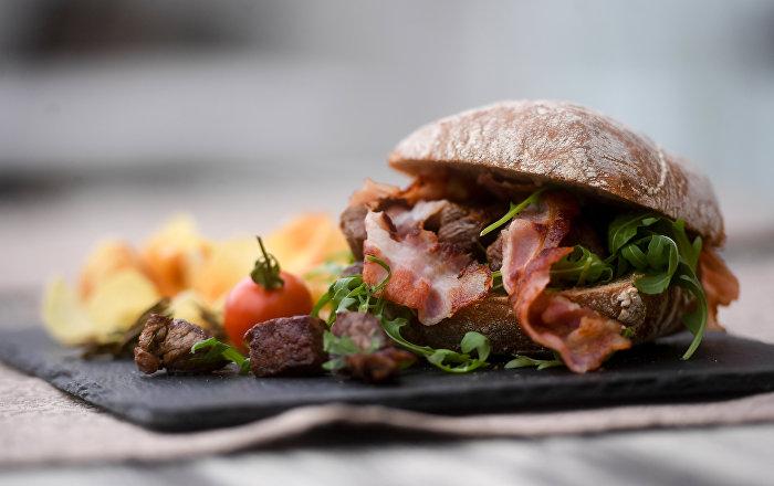 Una hamburguesa en el restaurante Chaikovski