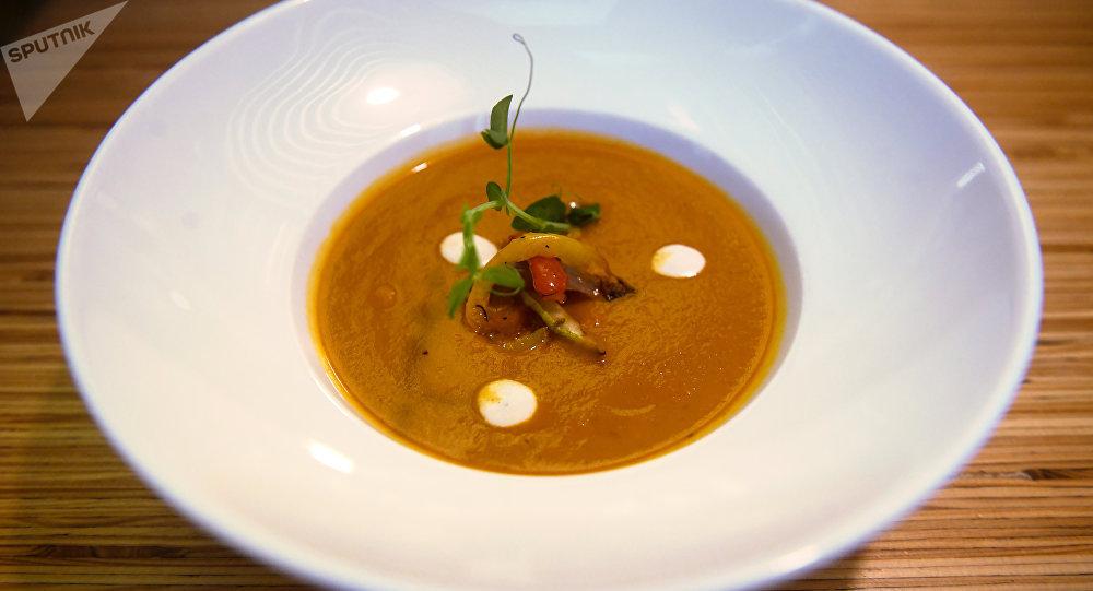 Сrema de verduras al horno con tomates secos en la cafetería Ukrop