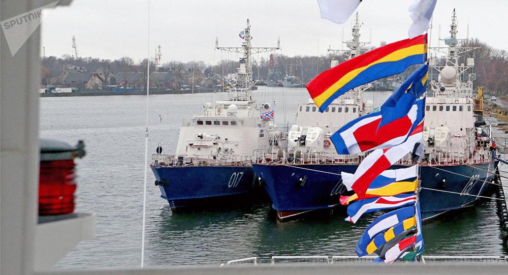 El buque Vasili Griazev (izda.)