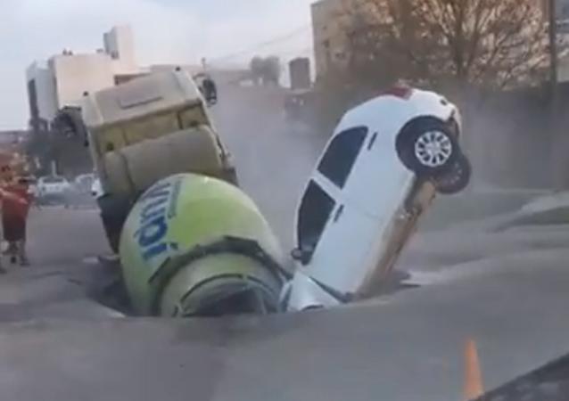 Impactante: una calle se traga un camión y un coche en Argentina