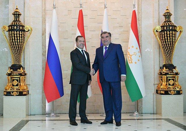 El primer ministro de Rusia, Dmitri Medvédev, y el presidente de Tayikistán, Emomali Rahmon
