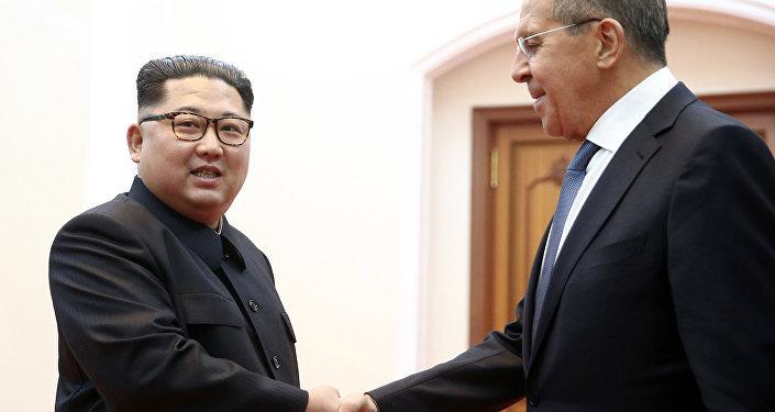 El líder de Corea del Norte, Kim Jong-un se reunió en Pyongyang con el ministro de Exteriores de Rusia, Serguéi Lavrov
