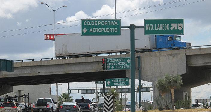 Un señal de tráfico con indicación a Nuevo Laredo, México