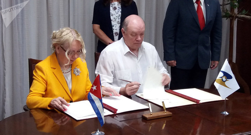 Tatiana Valovaya, ministra de Integración y Macroeconomía de la Comisión Euroasiática y Rodrigo Malmierca, ministro cubano de Comercio Exterior y la Inversión Extranjera, firman memorando de entendimiento en La Habana.