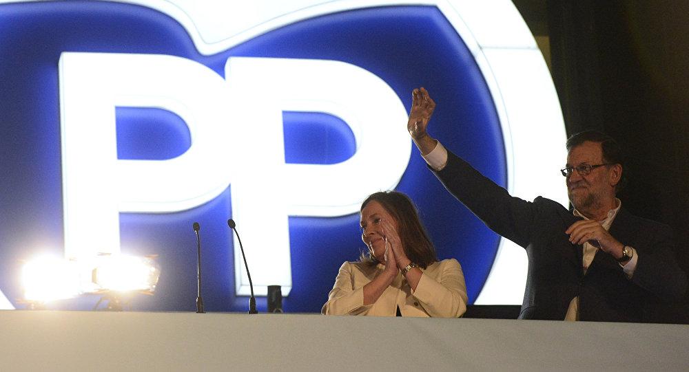 Mariano Rajoy y el logo del Partido Popular en elecciones (archivo)