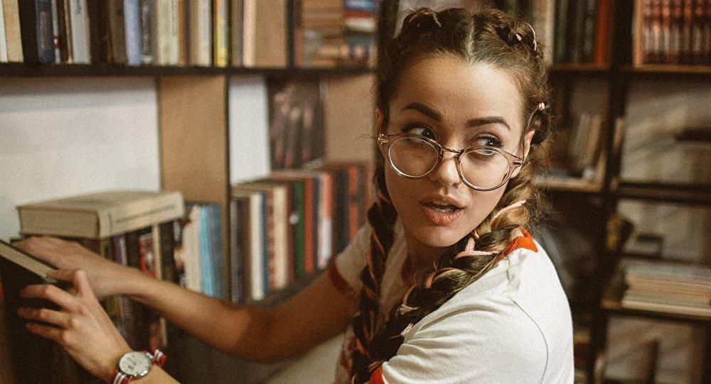 Una joven con gafas, imagen referencial