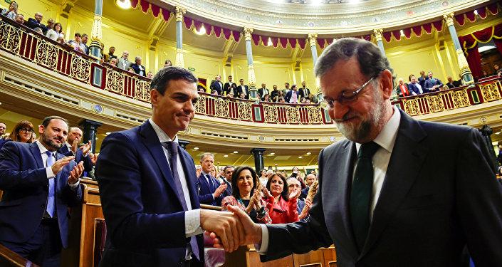 Nuevo presidente del Gobierno de España, Pedro Sánchez, y el presidente saliente, Mariano Rajoy
