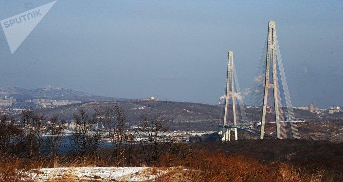 El puente Russki en la ciudad de Vladivostok
