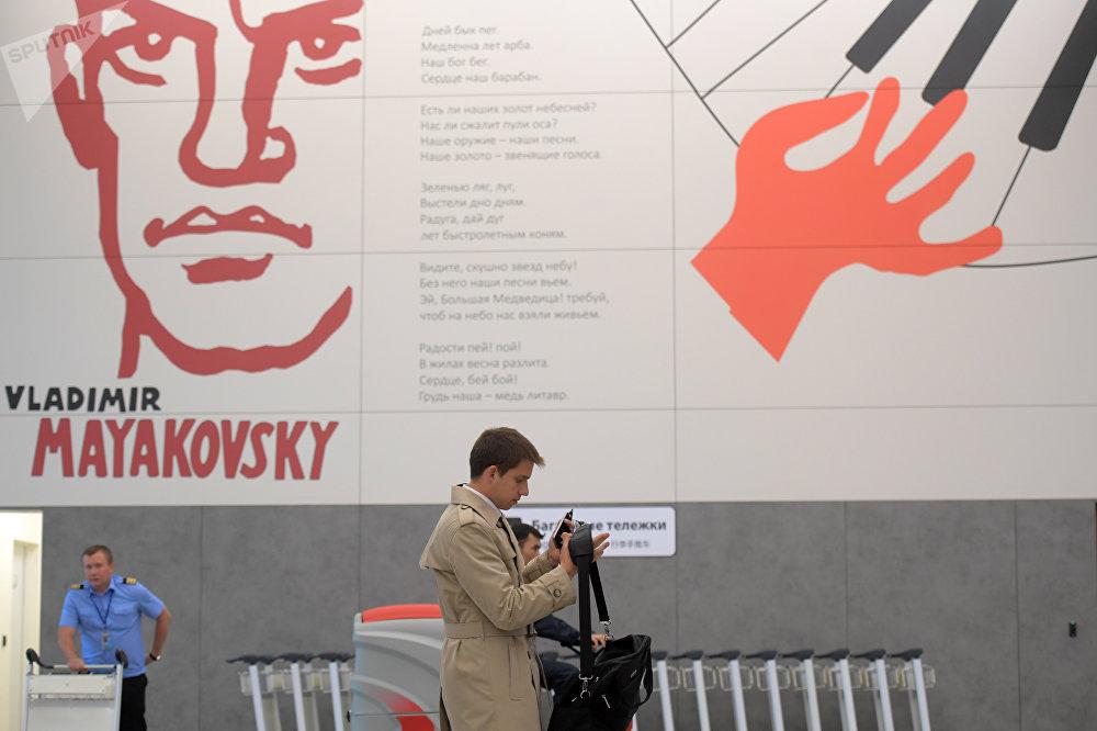 Uno de los murales de la terminal B del aeropuerto de Sheremétievo, en el que está presente el poeta y escritor Vladímir Mayakovski
