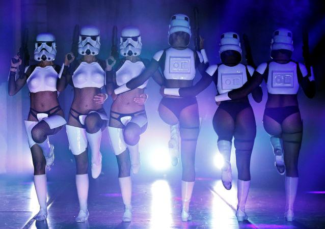 Un sensual espectáculo burlesco de 'La guerra de las galaxias'