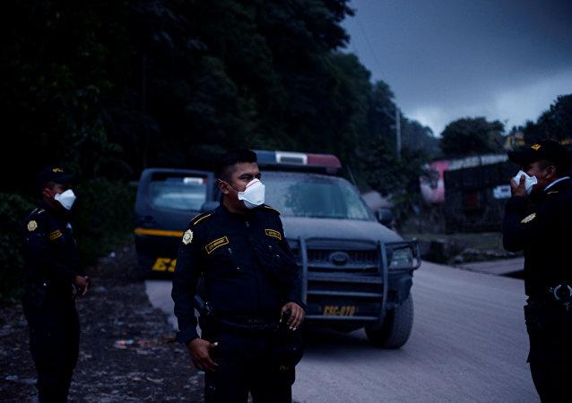 La Policía guatemalteca después de la erupción del volcán de Fuego en San Juan Alotenango