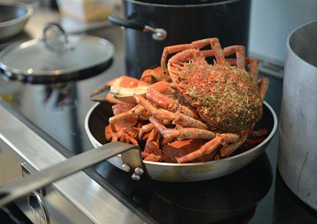 Un cangrejo se arranca una de sus pinzas para salvar la vida