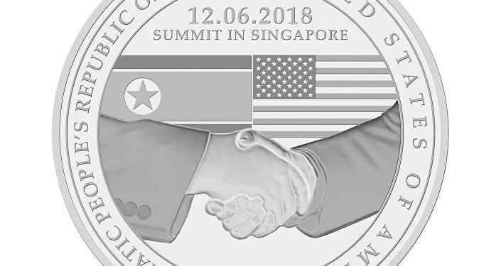 El anverso de los tres medallones para conmemorar la cumbre entre Donald Trump y Kim Jong-un