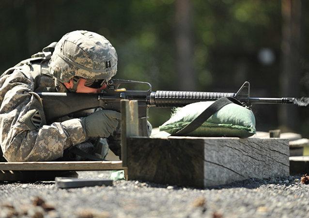 Un soldado de EEUU con un rifle M-16