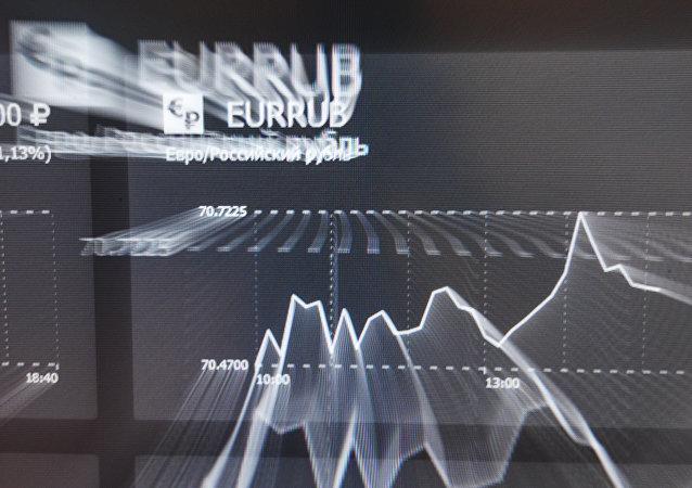 La tasa de euros y rublos en una pantalla en la bolsa de Moscú