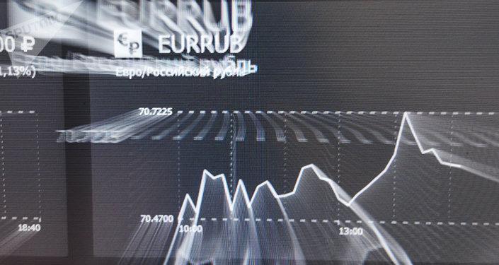 La tasa de euros y rublos en una pantalla en la bolsa de Moscú.