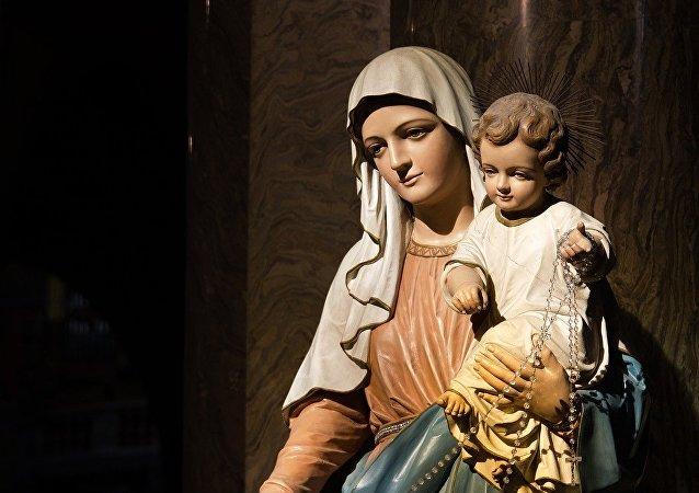 Una estatua de la Virgen María con Jesús