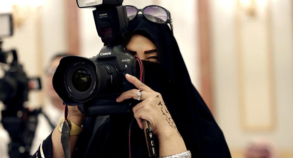 Una mujer saudí toma una foto