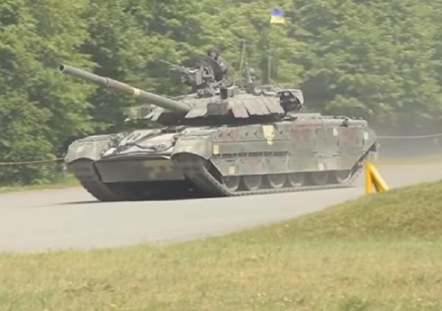 Un vehículo blindado ucraniano T-84 Oplot