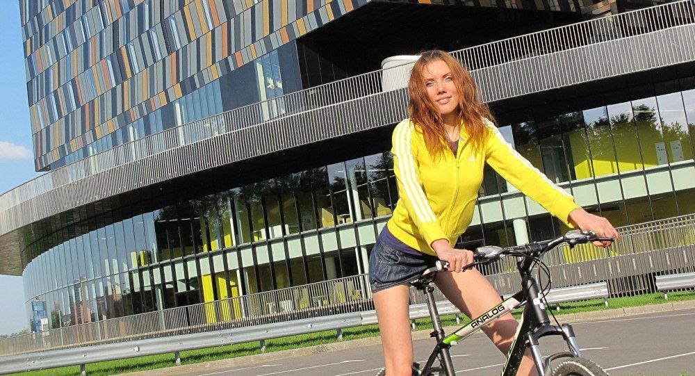 Una Mujer Desnuda O Completamente Vestida Pasea En Bicicleta Por