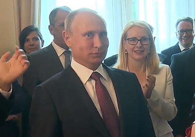 Putin recibe una agradable sorpresa durante su visita a Austria