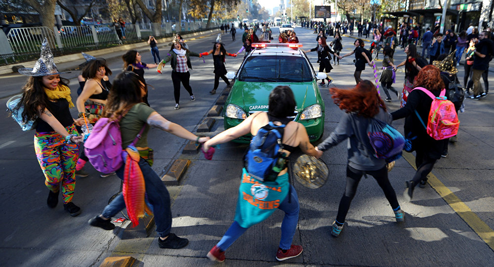 Marcha con demandas feministas en Chile