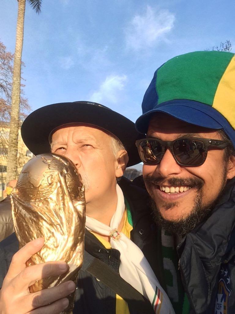 Clovis Fernandes, el célebre hincha brasileño conocido como Gaúcho da Copa, con su hijo Frank