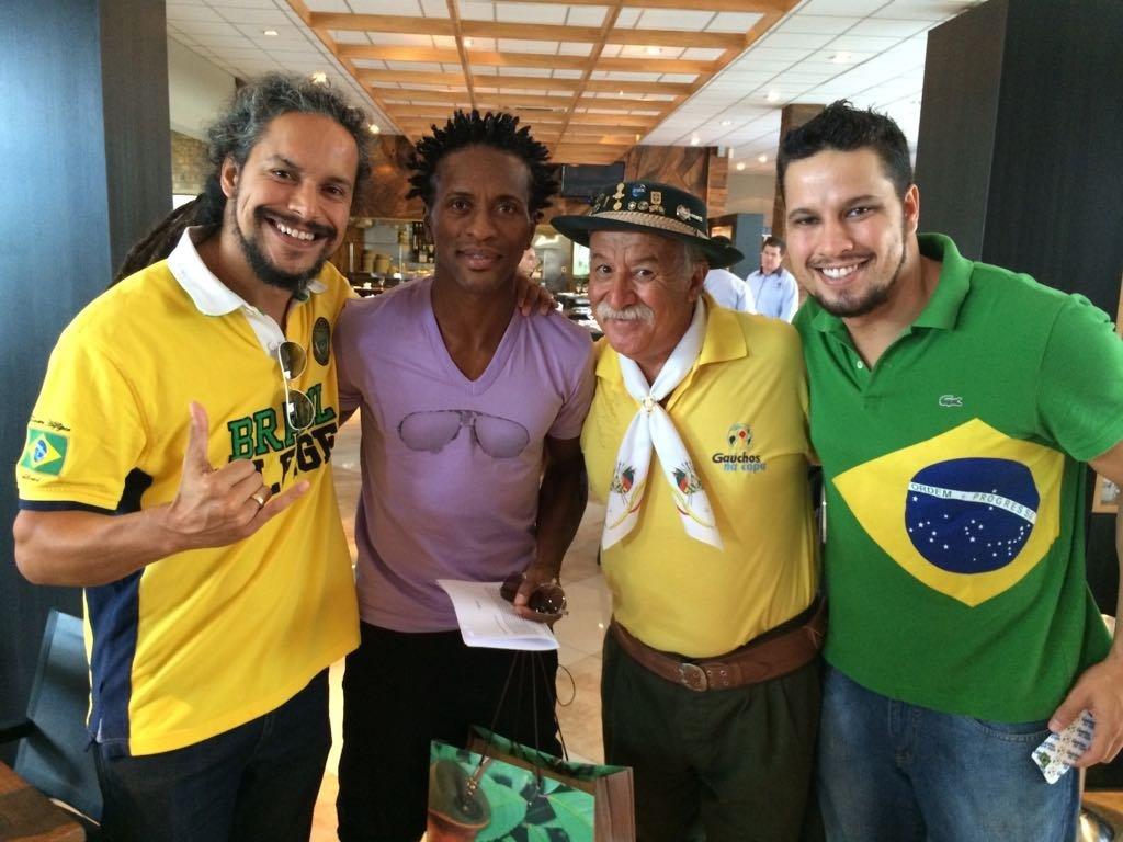Clovis Fernandes, el célebre hincha brasileño conocido como Gaúcho da Copa, con otros fanáticos de la selección