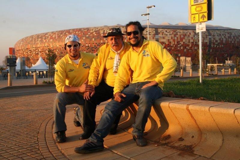 Clovis Fernandes, el célebre hincha brasileño conocido como Gaúcho da Copa, junto a sus hijos