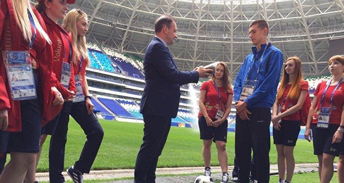 El presidente del Instituto Bering Bellingshausen para las Américas, Sergey Brilev, y la promesa del fútbol ruso Nikita Kotin, en la entrega de pasto del Estadio Centenario de Uruguay al Cosmos Arena de Samara.