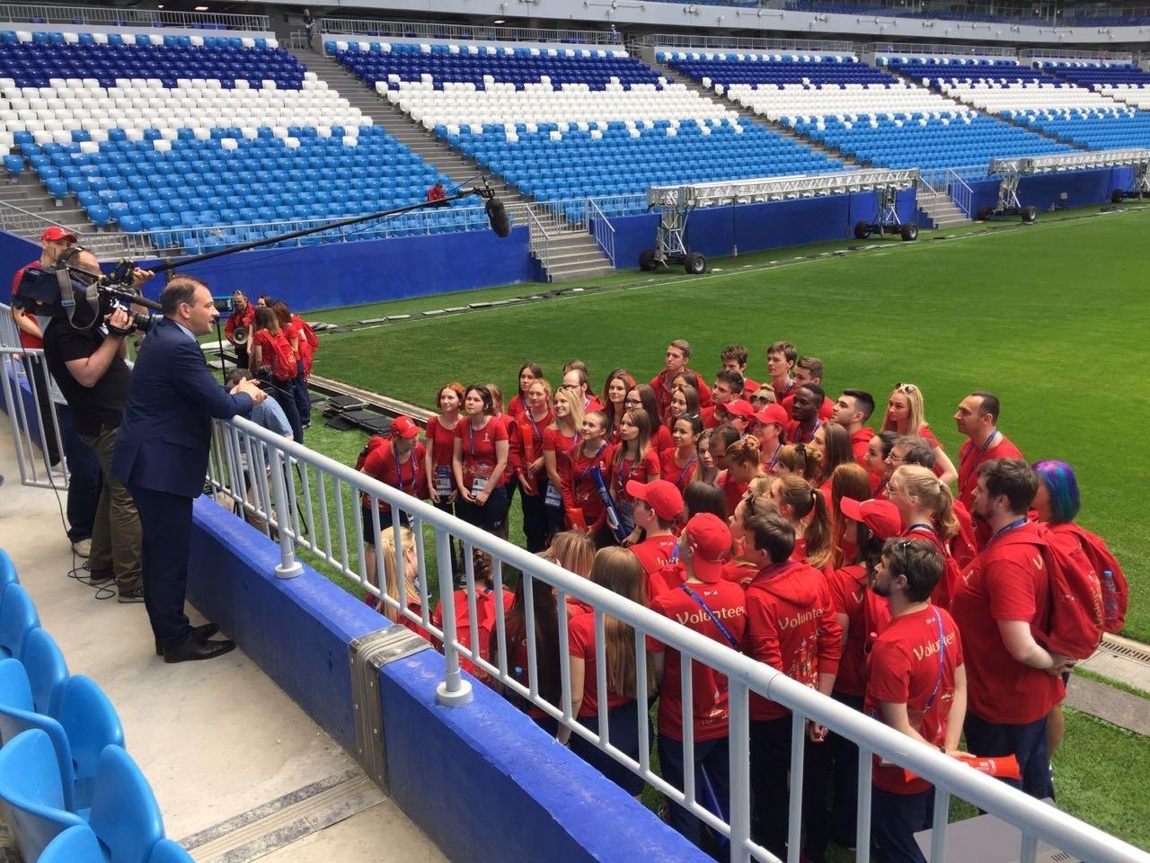 El presidente del Instituto Bering Bellingshausen para las Américas, Sergey Brilev, habla con voluntarios de Rusia 2018 durante la entrega del pasto del Estadio Centenario de Montevideo para el Cosmos Arena de Samara.