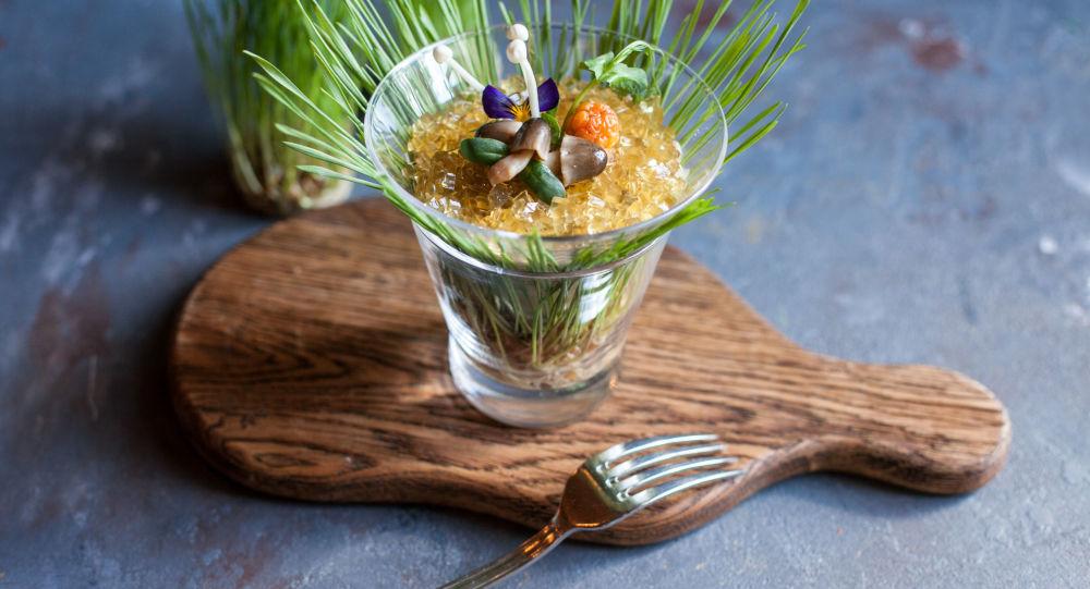 Una ensalada con hongos en la cafetería Pushkin