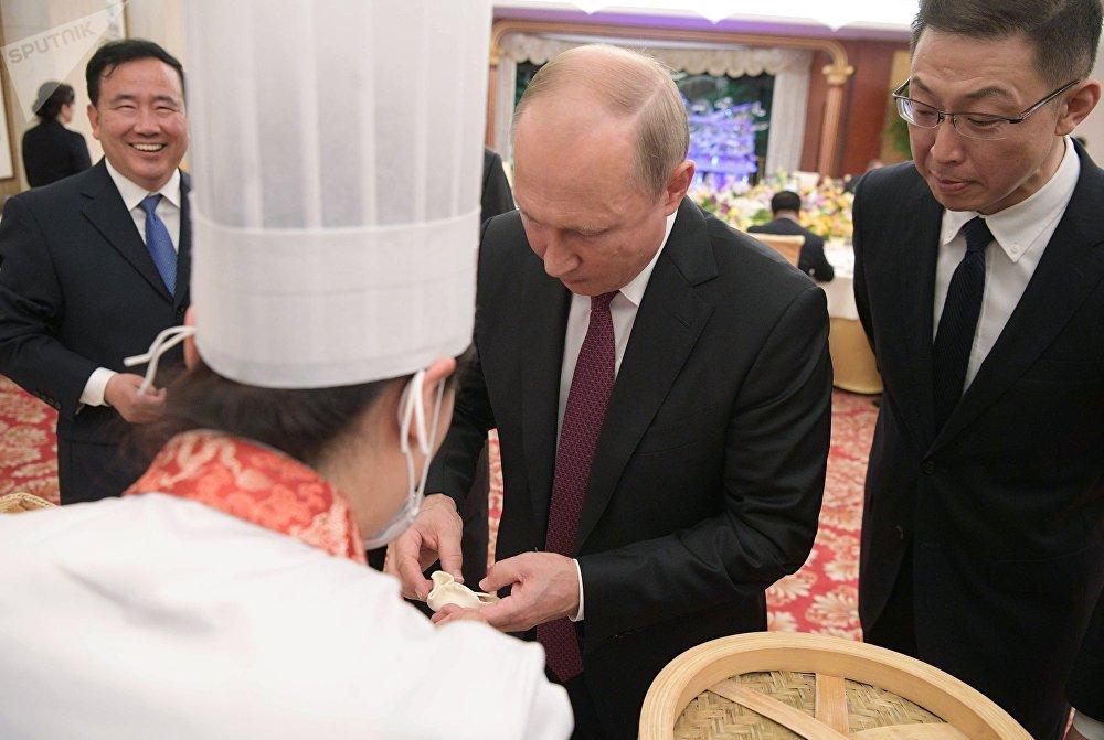 Vladímir Putin, presidente de Rusia, prepara goubulis durante su visita a China