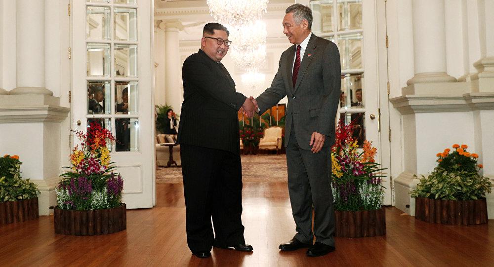 El líder norcoreano, Kim Jong-un, con el primer ministro de Singapur, Lee Hsien Loong
