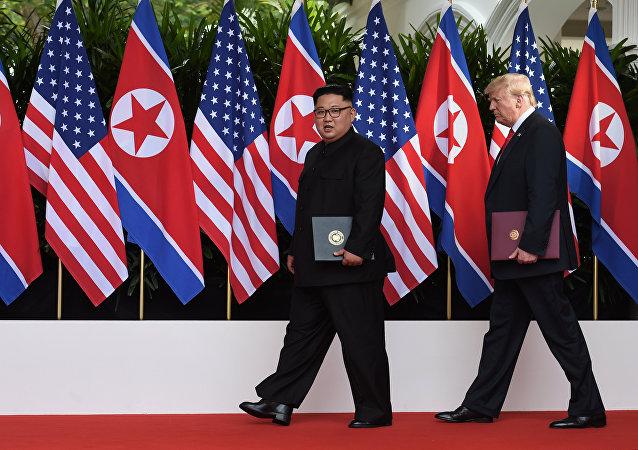 Donald Trump y Kim Jong-un firman el acuerdo final en la cumbre de Singapur (archivo)