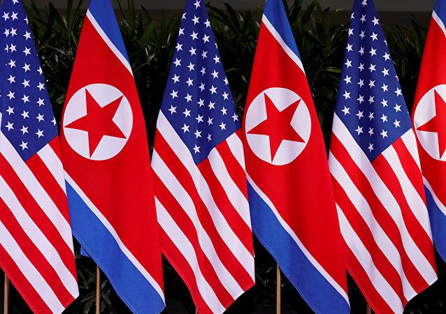 Las banderas de Corea del Norte y Estados Unidos en el local de la cumbre de EEUU y Corea del Norte