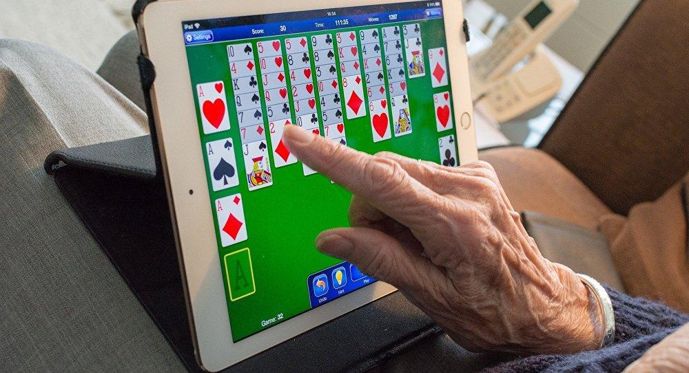 Una anciana usa una tablet